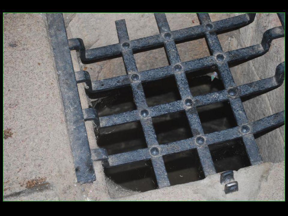 Coup dœil à lintérieur avec le puits des oubliettes