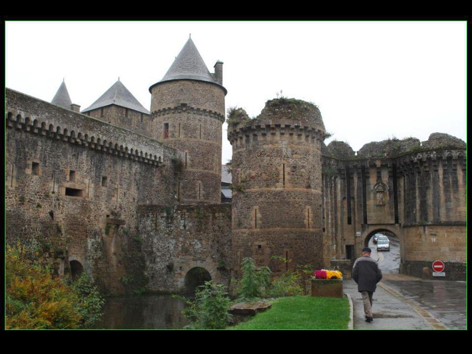 Porte Notre- Dame XIV et XV me siècle avec une vierge protectrice tournée vers lextérieur