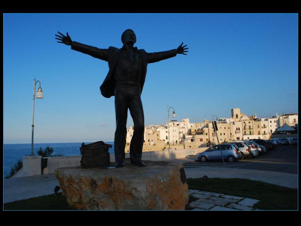 La commune de naissance de Domenico Modugno, Polignano a Mare, a voulu honorer sa mémoire en lui dédiant cette très jolie statue
