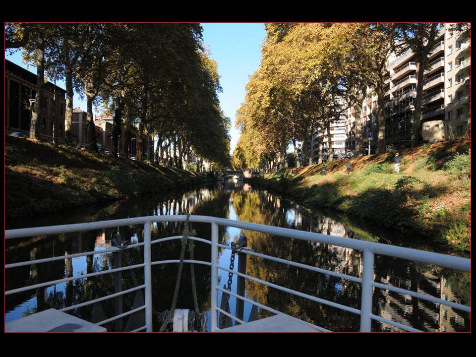 Navigation sur le très vert et charmant canal de Brienne qui relie la Garonne Aux Ponts Jumeaux