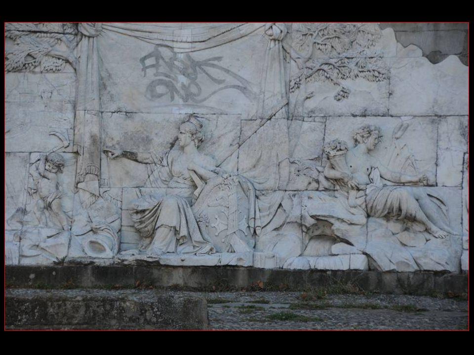Il représente la province de Languedoc ordonnant au Canal qui atteint la Garonne en aval de Toulouse De recevoir à son tour les Eaux du fleuve pour mieux Communiquer avec la cité