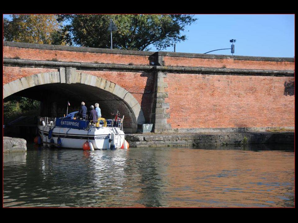 Au carrefour des Ponts jumeaux, Un bateau sengage dans Le canal du Midi