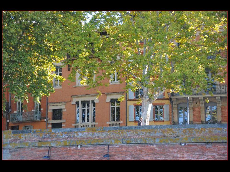 Les quais de la Garonne Avec la maison de Claude Nougaro 1929 - 2004 Le chansonnier Né à Toulouse est toulousain À 100 %