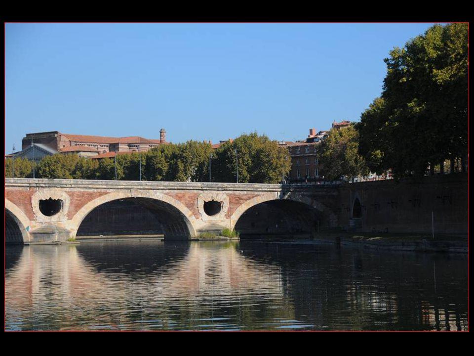 en 2004, les cendres de Claude Nougaro furent dispersées dans la Garonne