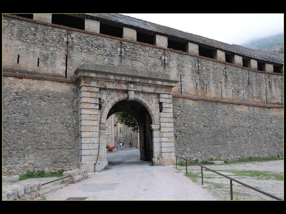 Ancienne porte de France et bastion du Dauphin