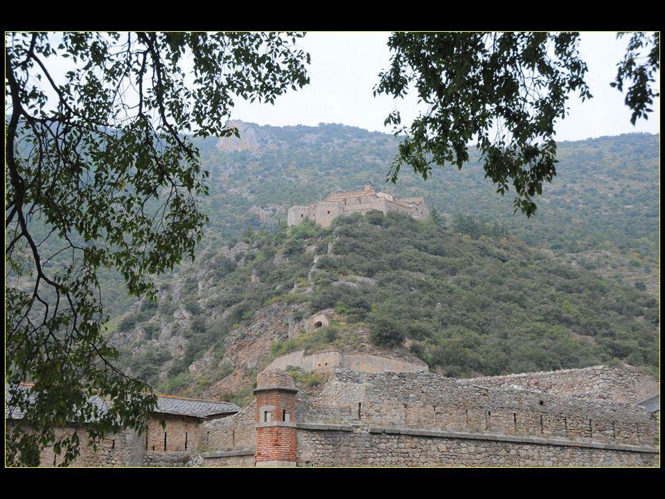 Cest aussi au XVII me siècle que Vauban fit bâtir le Fort Libéria à flanc de montagne dominant la ville au nord