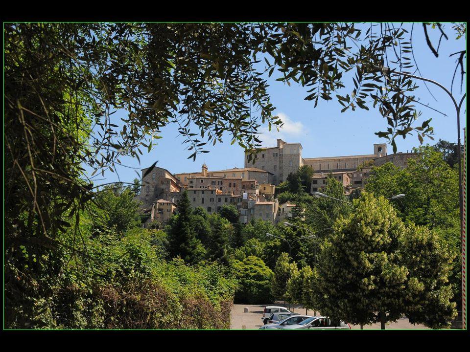 Alors montons au sommet de la colline afin dadmirer le centre historique de Todi
