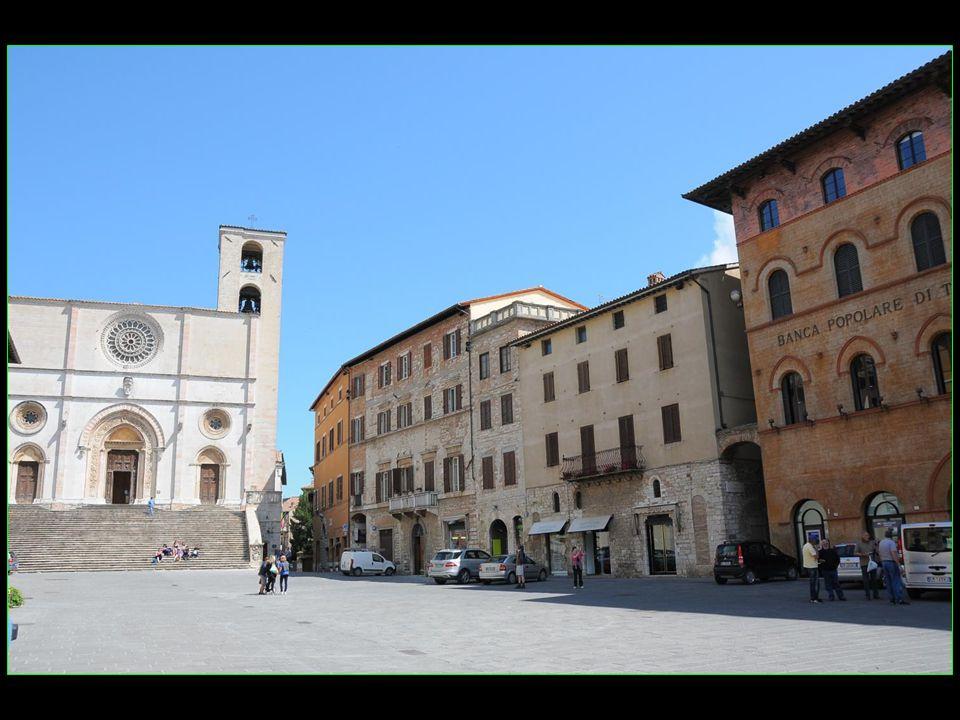 La place du peuple piazza del Popolo avec la Cathédrale Duomo au fond et bordée avec les palais Palazzo del Capitano Palazzo del Popolo Palazzo dei Priori