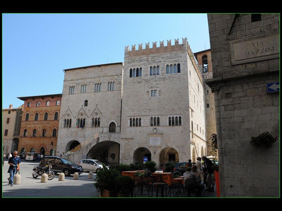 côte à côte à gauche Palazzo del Capitano 1293 à droite Palazzo del Popolo 1228