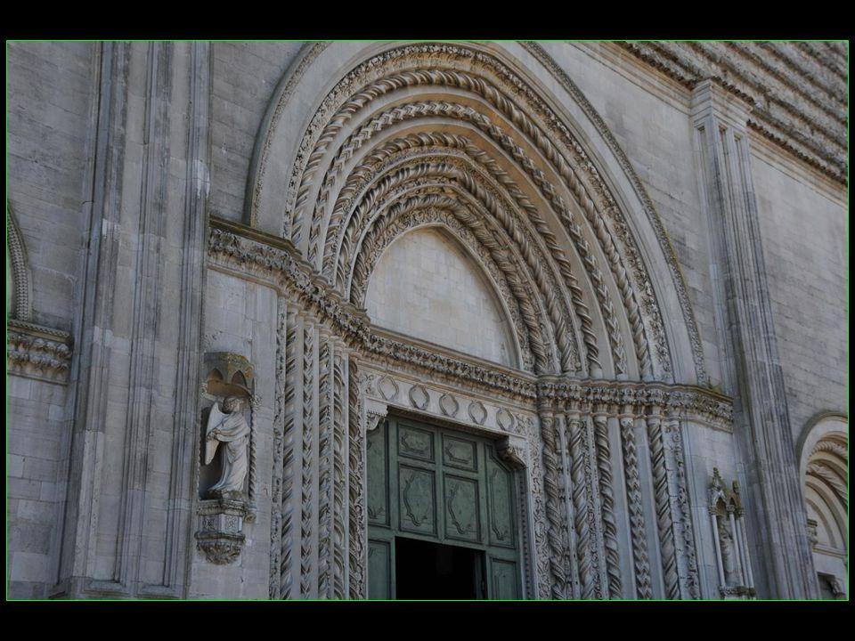 San Fortunato est un temple Paléo - chrétienne ( 7me siècle ) dont 2 sculptures sur le portail dentrée demeurent