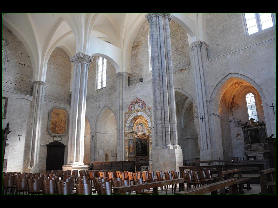 En 1292, la construction dun nouvel édifice gothique fut commencée par les Franciscains, travaux arrêtés par la peste en 1348