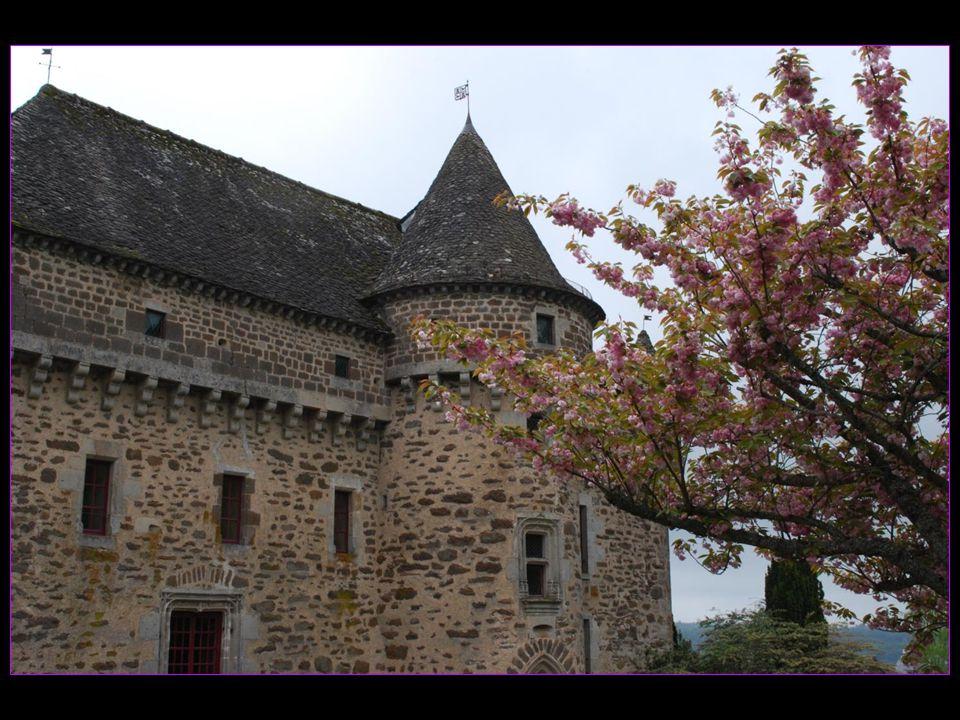Le château construit entre 1470 et 1510 très caractéristique de larchitecture de la Haute-Auvergne