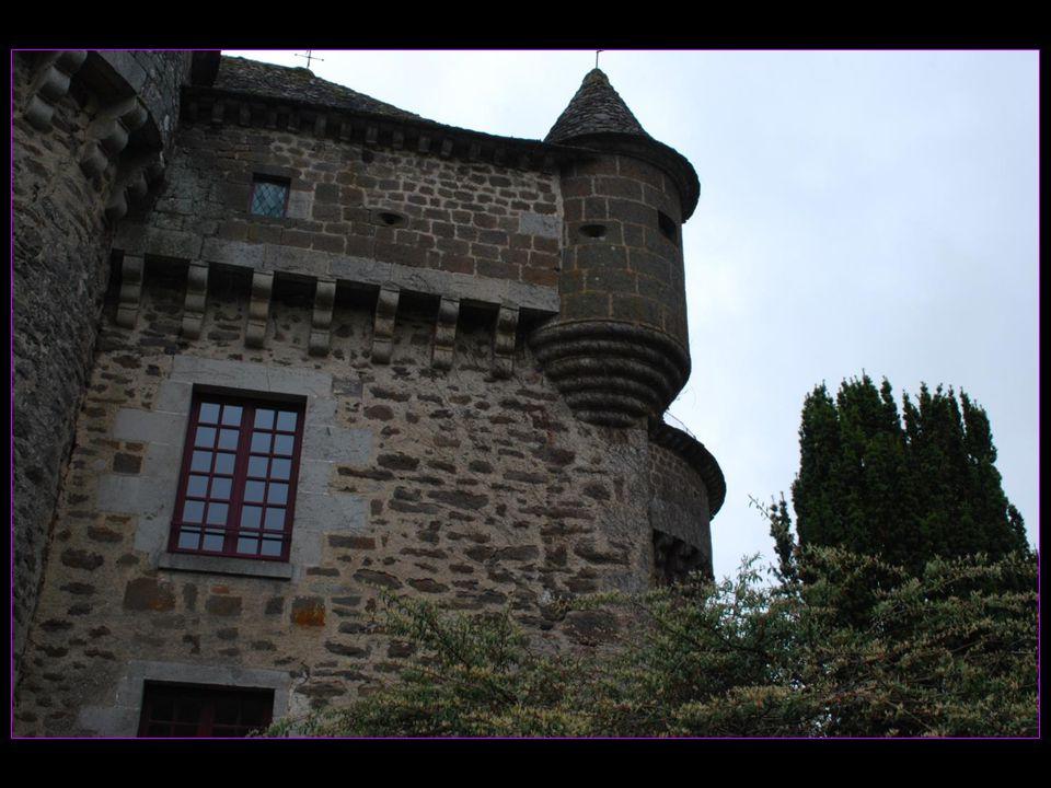 il conserve intacts aujourdhui tous les attributs de la maison forte : tour, chemin de ronde, échauguettes