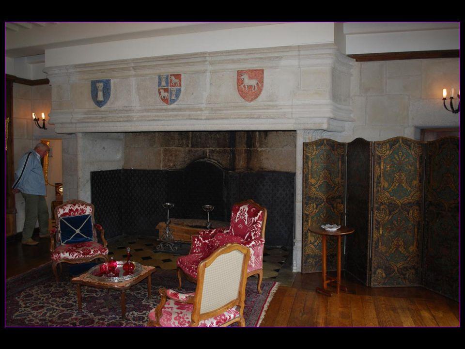 Intérieur du Château dAuzers vous pourrez visiter ses salons et son mobilier Régence, sa salle voûtée et son mobilier auvergnat, et ses cheminées monumentales