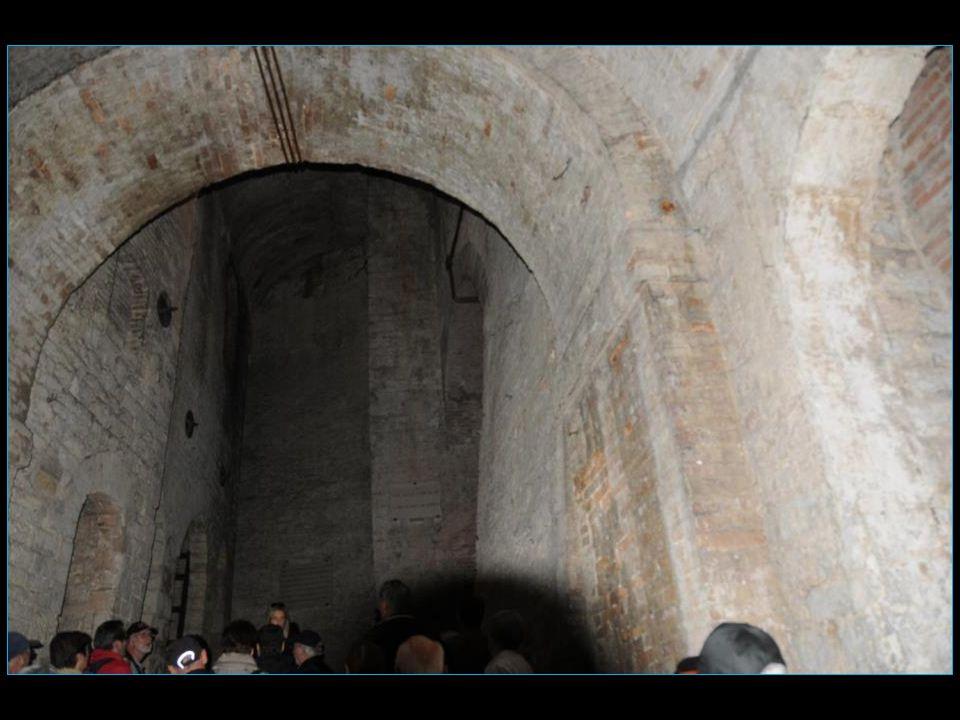Les anciennes rues du quartier Baglioni deviennent des galeries souterraines que lon peut encore visiter aujourdhui
