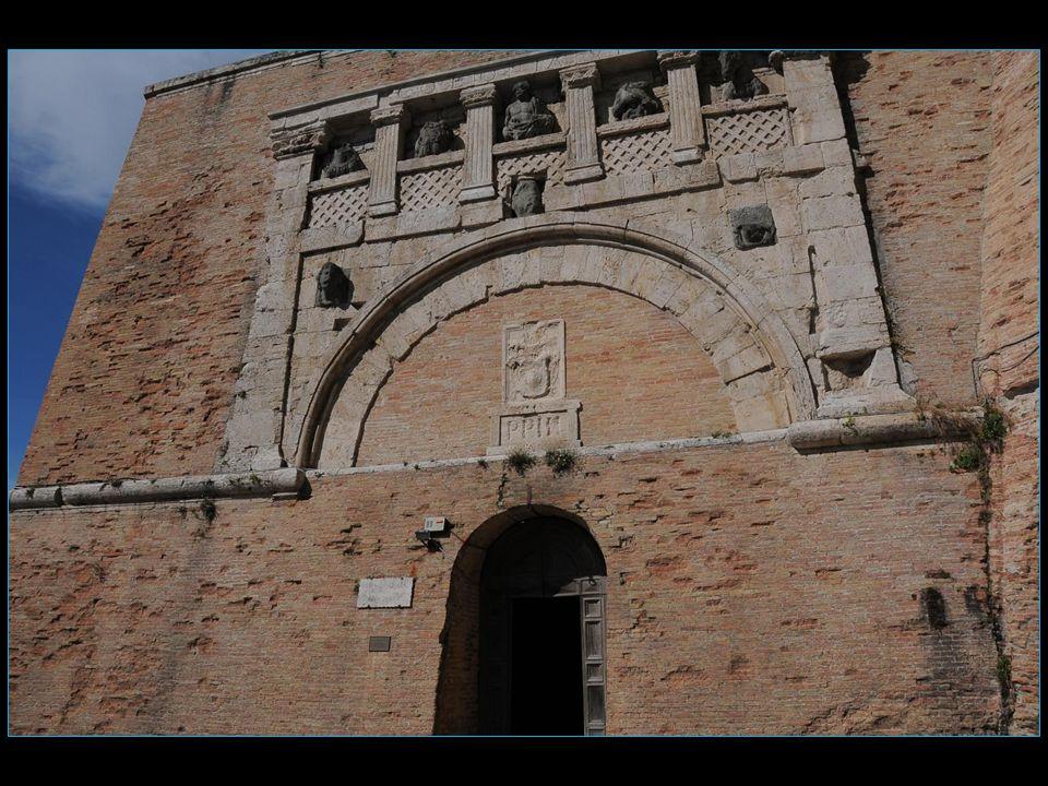 La Porta Marzia est le nom de lune des antiques portes de lenceinte murale étrusque de Pérouse
