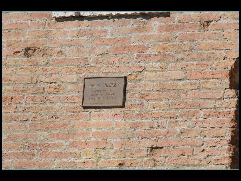 remontant à la seconde moitié du III me siècle avant J.C, elle est enchassée en 1540 dans la muraille extérieure de la Rocca Paolina