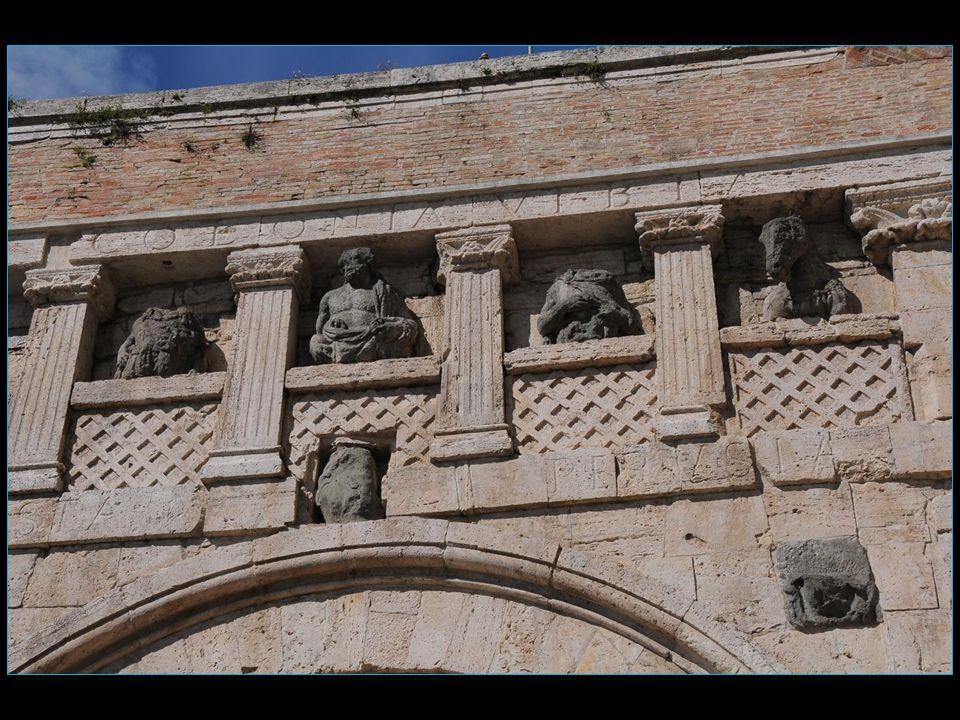 La porte est construite en travertin et elle présente un arc en plein centre encadré par des lésènes avec chapiteaux à rosette centrale surmonté par une balustrade scandée par quatre piliers de style Italo-corinthiens de laquelle se détachent cinq sculptures