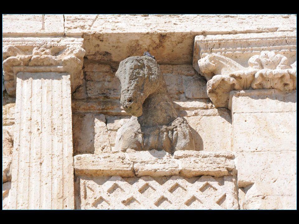 La pierre à la sommité de larc, aujourdhui consumée, représentait une tête de cheval