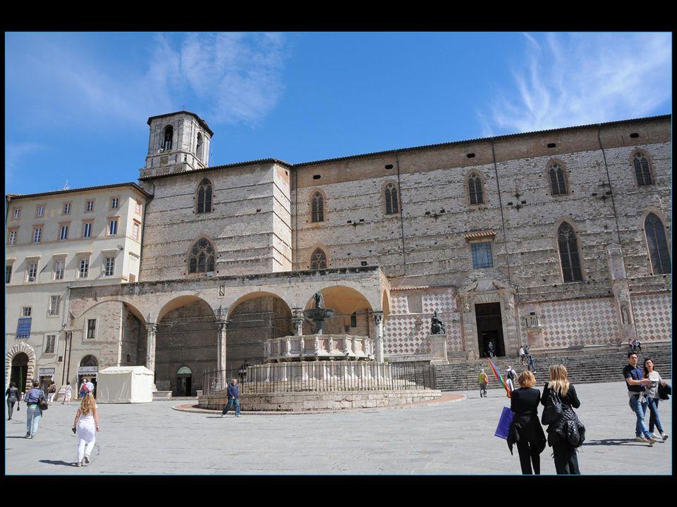 La Piazza du 04 novembre et la fontaine Maggiore
