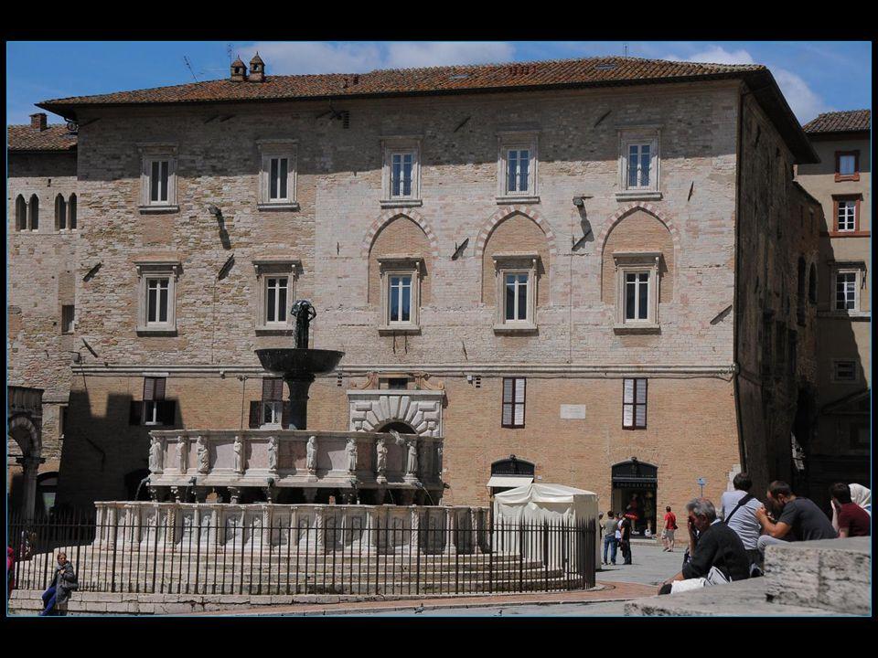 La Fontana Maggiore, une fontaine médiévale construite sur les dessins de Fra Bevignate et comportant trois vasques (2 en marbre et la supérieure en bronze), 50 bas-reliefs et 24 statuettes, 3 nymphes porteuses deau, de Nicola et Giovanni Pisano