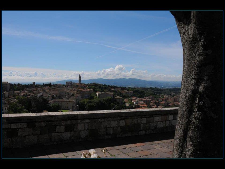Paul III fit construire une énorme citadelle, La Rocca Paolina, par-dessus les résidences des Baglioni