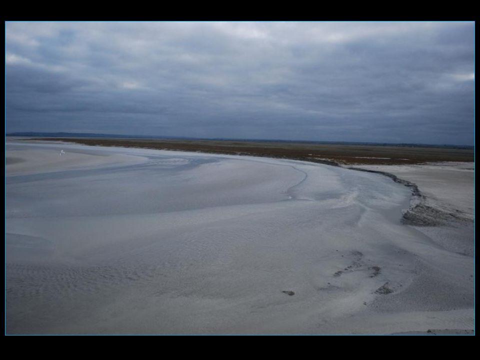 La mer a tout recouvert de son eau Tombelaine et le Mont-Saint-Michel sont redevenus des îles !!!!