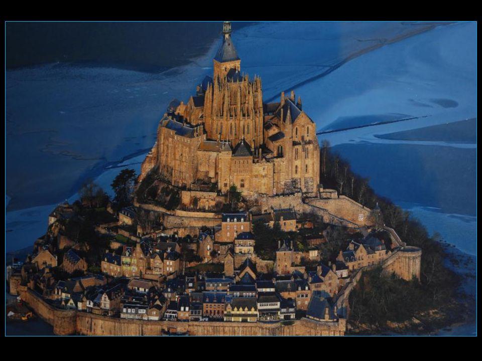 Aujourdhui, le Mont-Saint-Michel nest entouré deau et ne redevient île quaux grandes marées déquinoxe, soit 53 jours par an