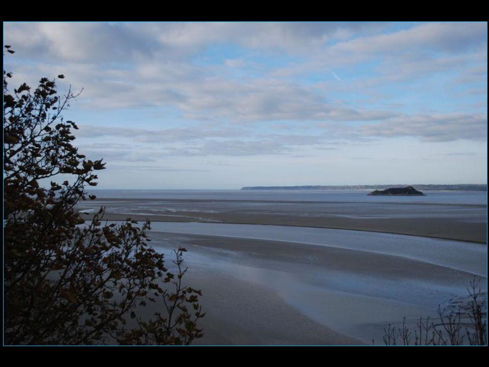 Les marées du Mont-Saint-Michel ont de quoi impressionner : dune amplitude de près de 13 mètres les jours de fort coefficient, la mer se retire à grande vitesse sur une dizaine de kilomètres mais revient aussi vite