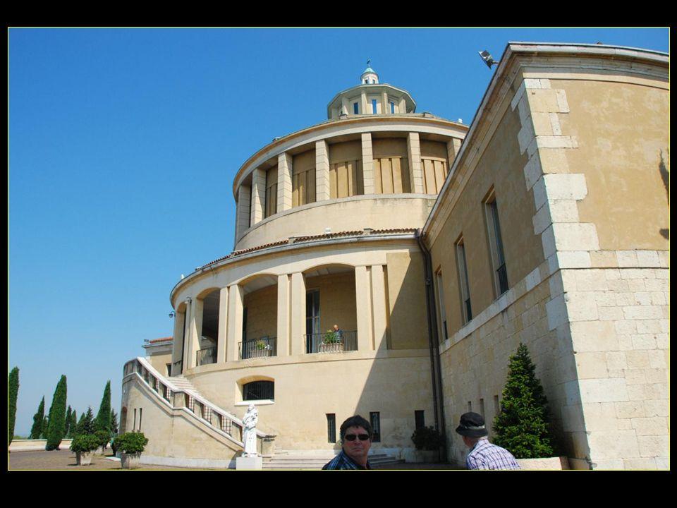 Sur la colline Saint Léonardo, le nouveau sanctuaire, inspiré par les Pères Stigmatins, a été inauguré en 1964