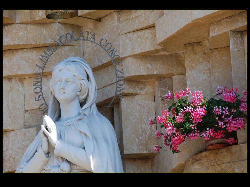 La statue de la Vierge Marie statue sortie indemne des bombardements de 1945 Provenienza: primo santuario