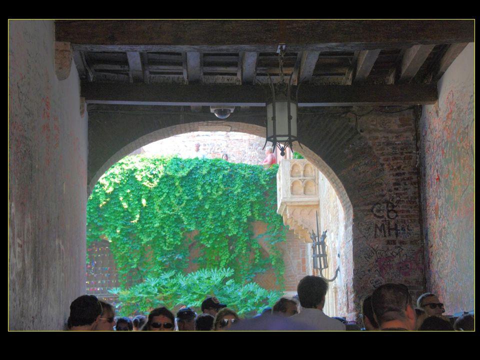 A la Via Cappello, on arrive à la Maison de Juliette ( Giulietta ), longtemps demeure de la famille Del Cappello ( du chapeau ) dont le symbole est visible sur la porte dentrée