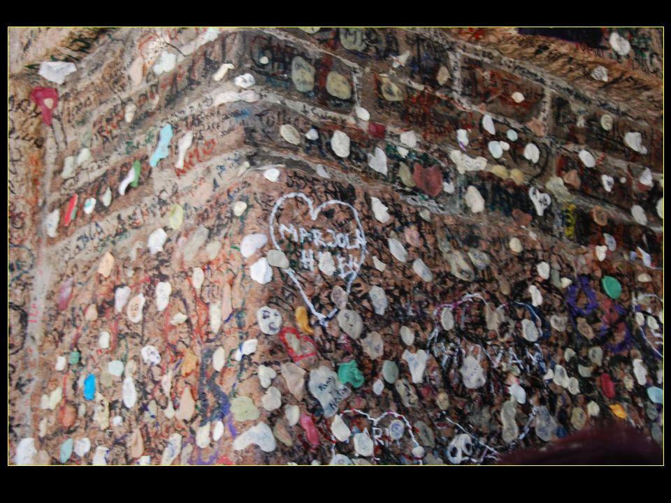 Mais aussi avec les nombreux chewing-gums collés aux murs tradition italienne qui comme les cadenas signifient bonheur et fidélité pour la vie