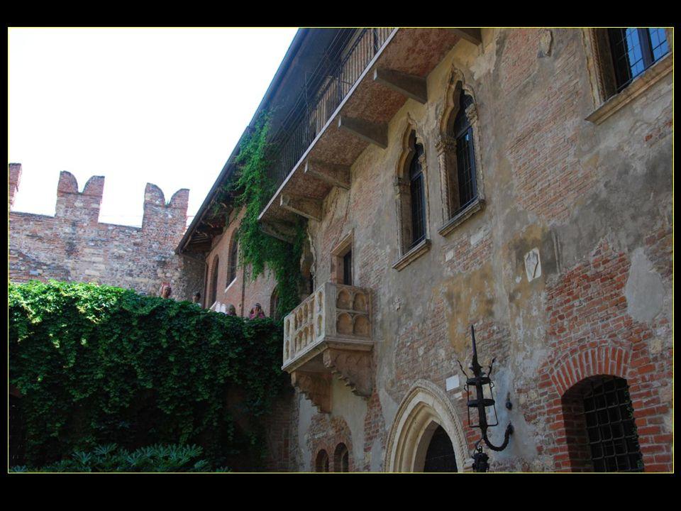 Le beau balcon ancien serait celui doù se penchait Juliette ( Giulietta ) pour entrevoir son Roméo
