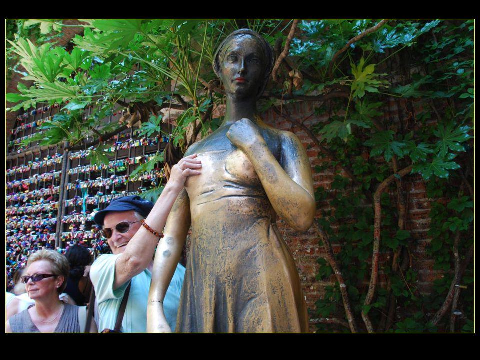 tandis que la statue qui date de 1935 porterait bonheur en amour à ceux qui la touchent, mais surtout au sein droit
