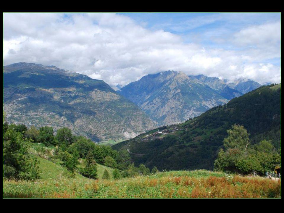 depuis Oberems vue en direction dErgisch et du Lötschental de lautre côté de la vallée