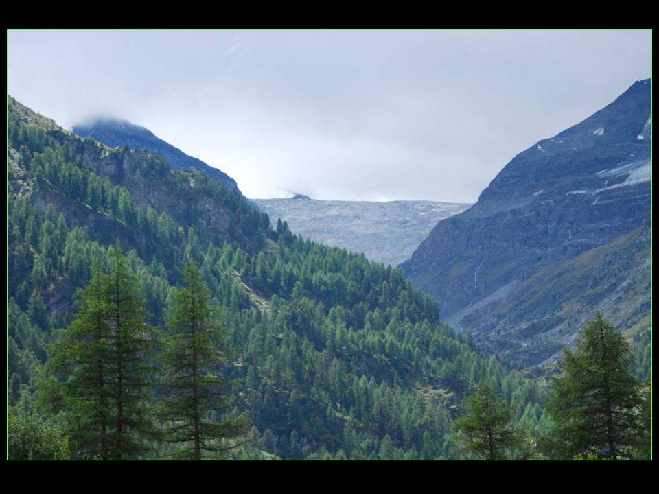 En hiver, quand la neige a étendu son manteau blanc, la route est fermée depuis Oberems