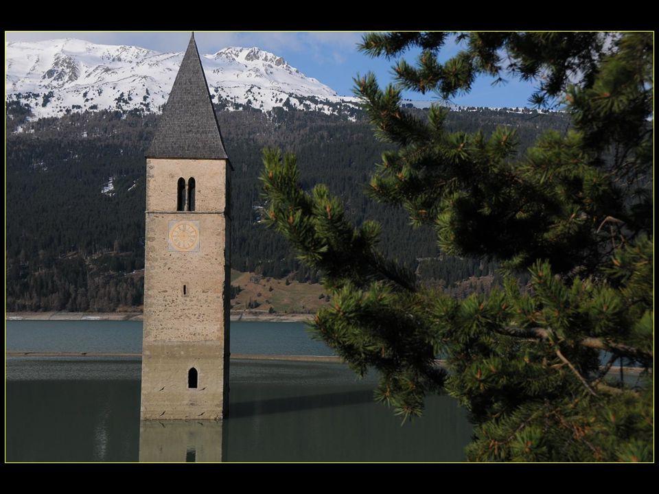 Le clocher de léglise de Graun / Curon en partie submergé par le lac de Reschen / Resia