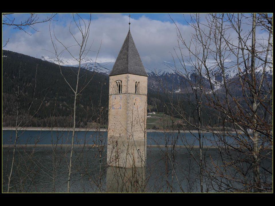 Le clocher, une icône de la région, toujours accessible à pied lorsque le lac est gelé