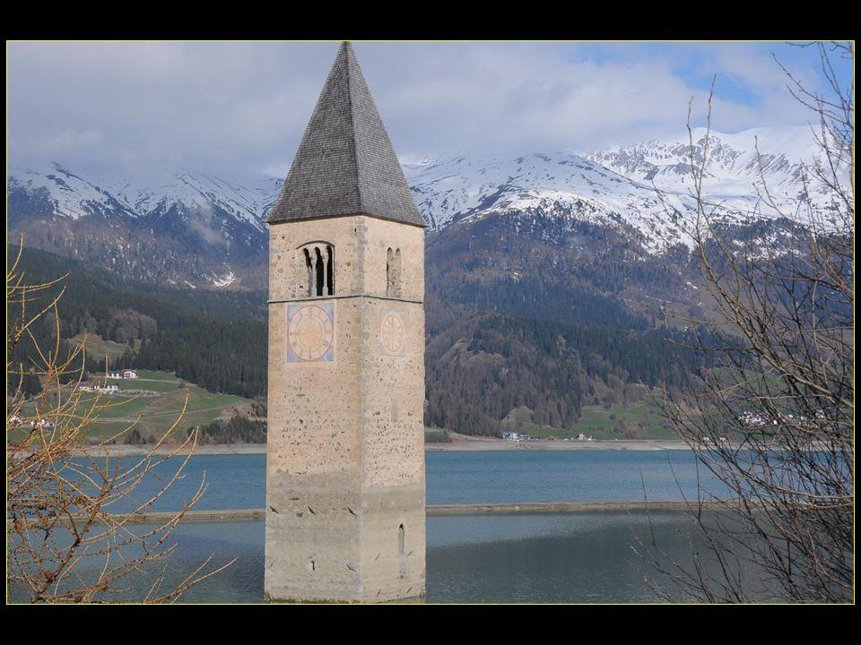 Lancien demi-immergé clocher est devenu un point de repère et il est présenté sur lemblème de la commune