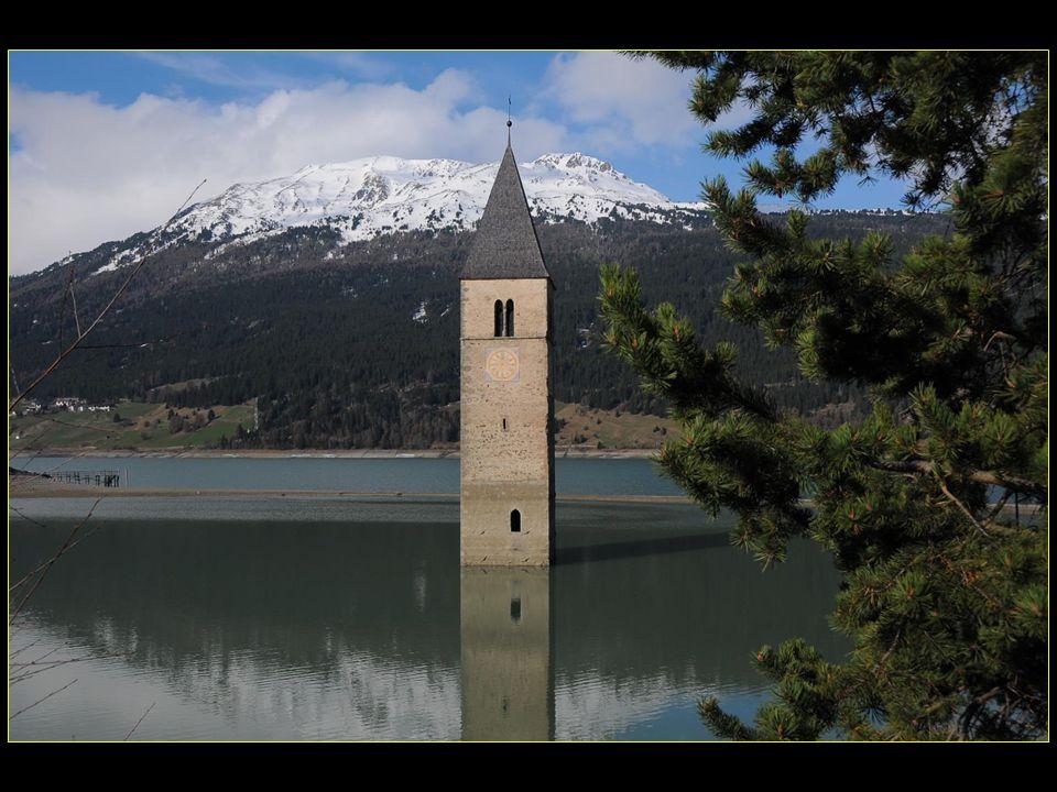 Curon Venosta est une commune dans le Tyrol du Sud dans le nord de LItalie, situé à environ 70 km de Bolzano à la frontière avec lAutriche et la Suiss