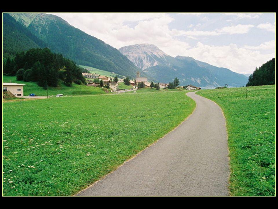 Le col relie la province de Bolzano en Italie et le Tyrol en Autriche, à proximité de la frontière Suisse à louest