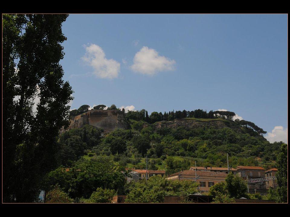 Orvieto est installée sur un rocher de tuf à 325 mètres daltitude, elle y domine la vallée où coulent le Paglia et son affluent Chiani avant que le Paglia ne se jette dans le Tibre