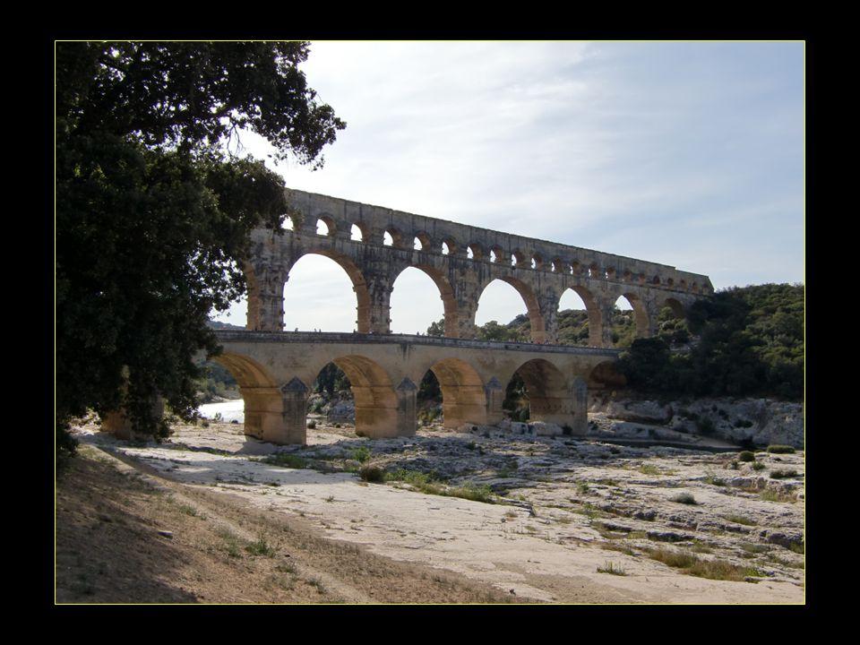 Le pont routier accolé en 1747 enjambe le Gardon