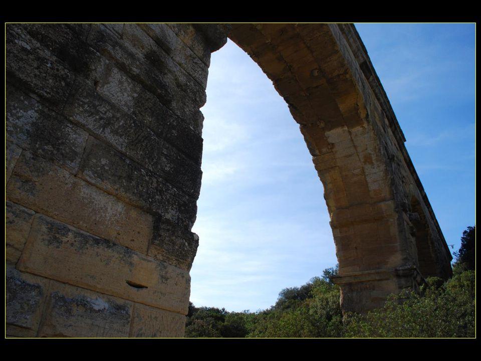 Aqueduc dune longueur de 50 km, destiné à alimenter en eau la gallo-romaine de Nîmes
