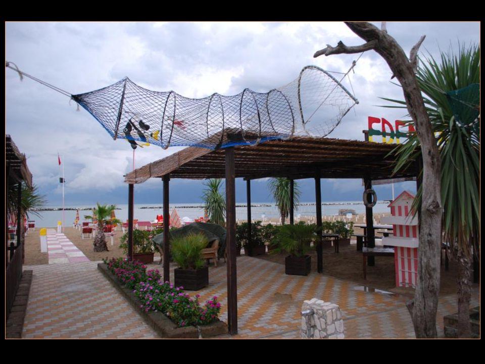 Cest lune des localités de la côte romagnole parmi les plus connues pour ses belles plages, sa zone piétonne et ses commerces
