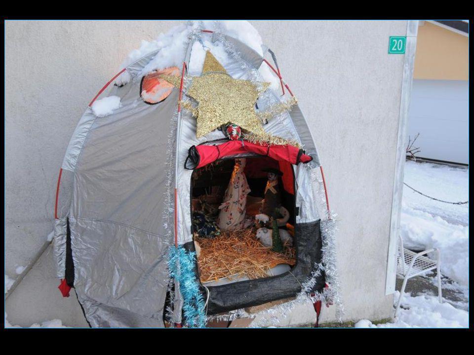 La crèche en extérieur de Coco Dessibourg avec cette année lidée de la réaliser dans une tente genre accueil des immigrés, et en référence à laccueil de Jésus dans une étable