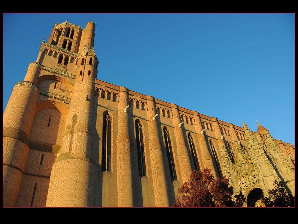 Cathédrale Sainte-Cécile ses dimensions : longueur totale : 115,5 m longueur intérieure : 100 m largeur totale : 35 m largeur intérieure : 30 m hauteur des murs : 40 m hauteur des voûtes : 30 m épaisseur des murs à la base : 2, 5m clocher haut de 78 mètres