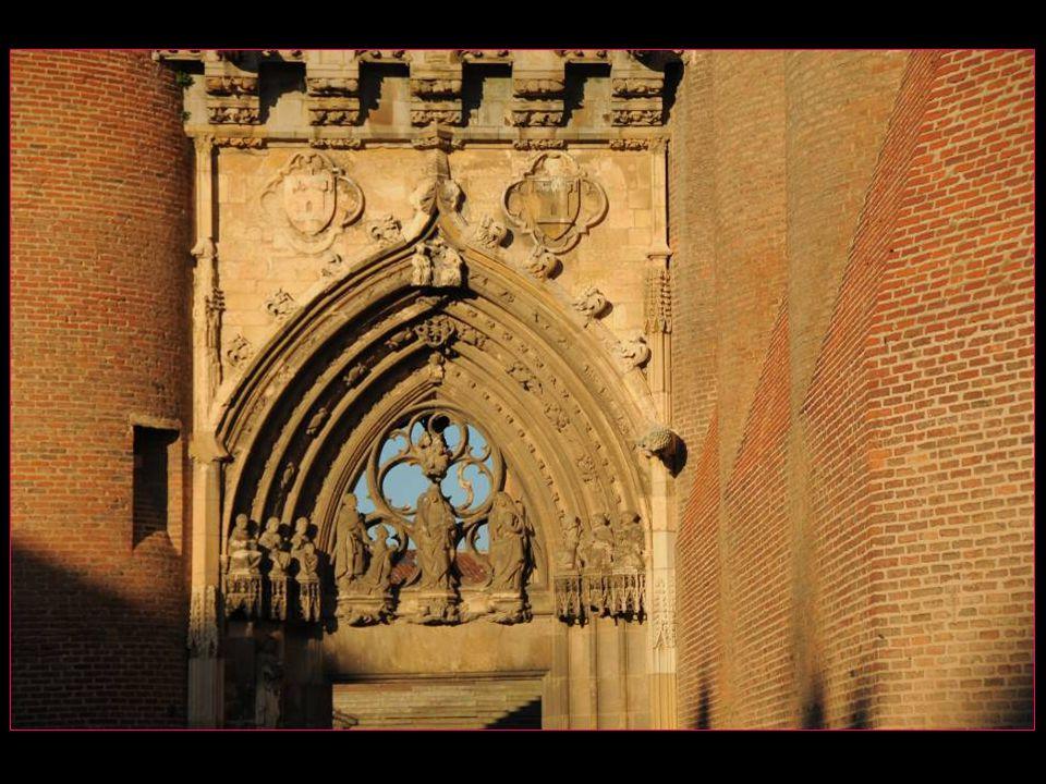 Lédifice surprend par le contraste entre son allure extérieure austère de forteresse militaire et la richesse picturale et sculpturale de son intérieur