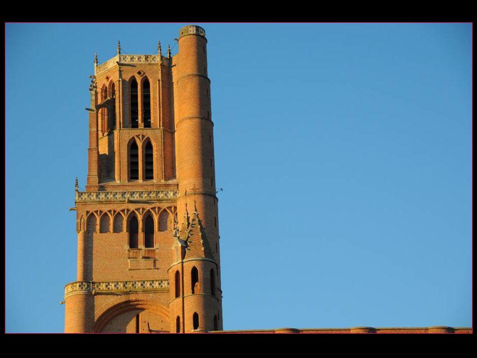 Elle est posée sur un piton rocheux qui domine le Tarn et est la plus grande cathédrale en briques ocre du monde La cathédrale Sainte-Cécile fut construite de 1282 à 1480